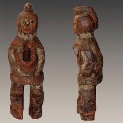 Petite et ancienne statuette Mambila Kaka traces sacrificielles