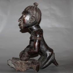 Statuette Yombé pétrissant du pain