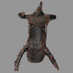 Poupée Fali en cuir cordelette et métal