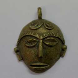 Petit pendentif masque en bronze